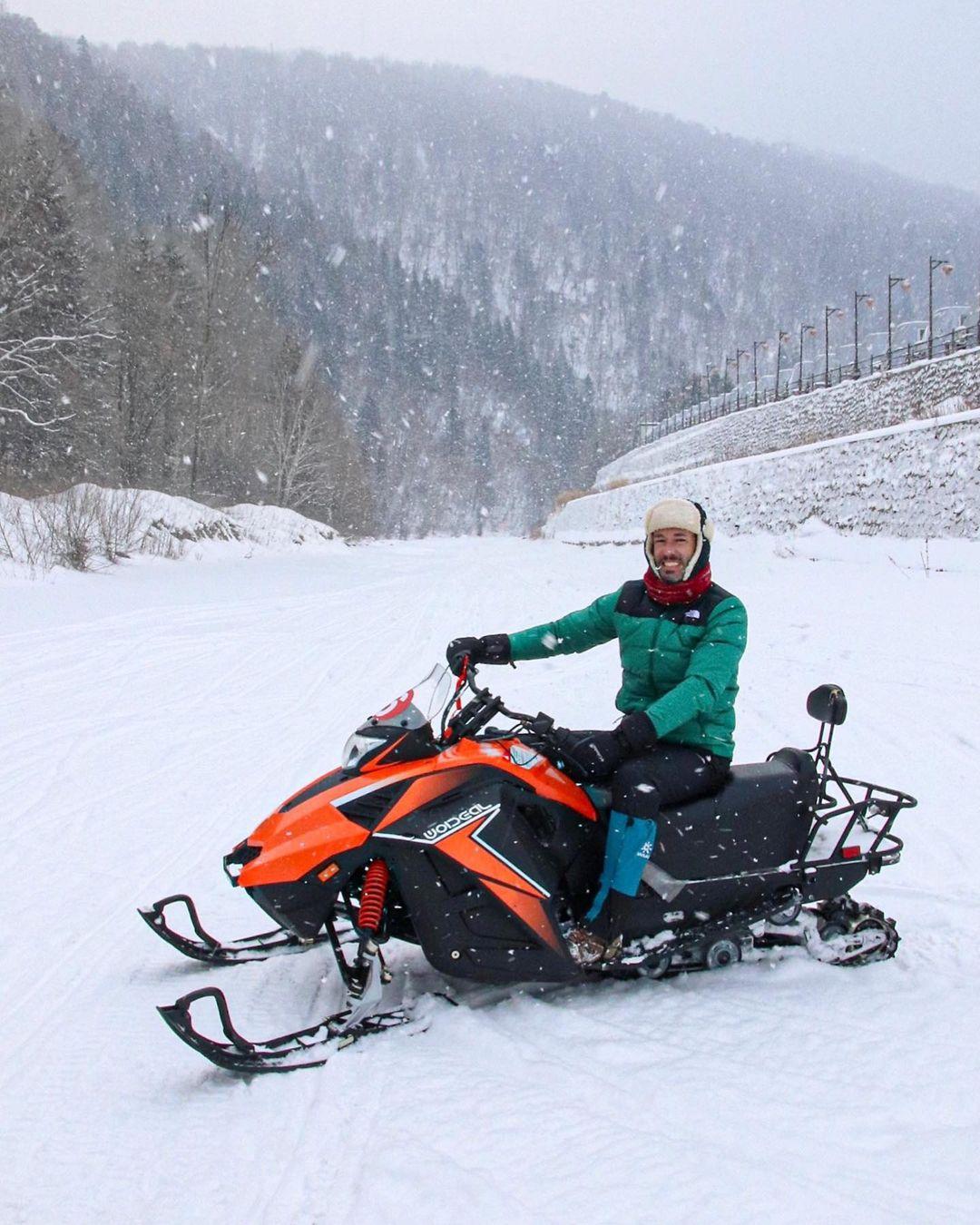 Actividades de motos de nieve en China Snow Town.