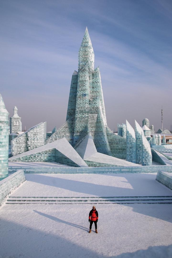 Ruben junto a un gran palacio de hielo.