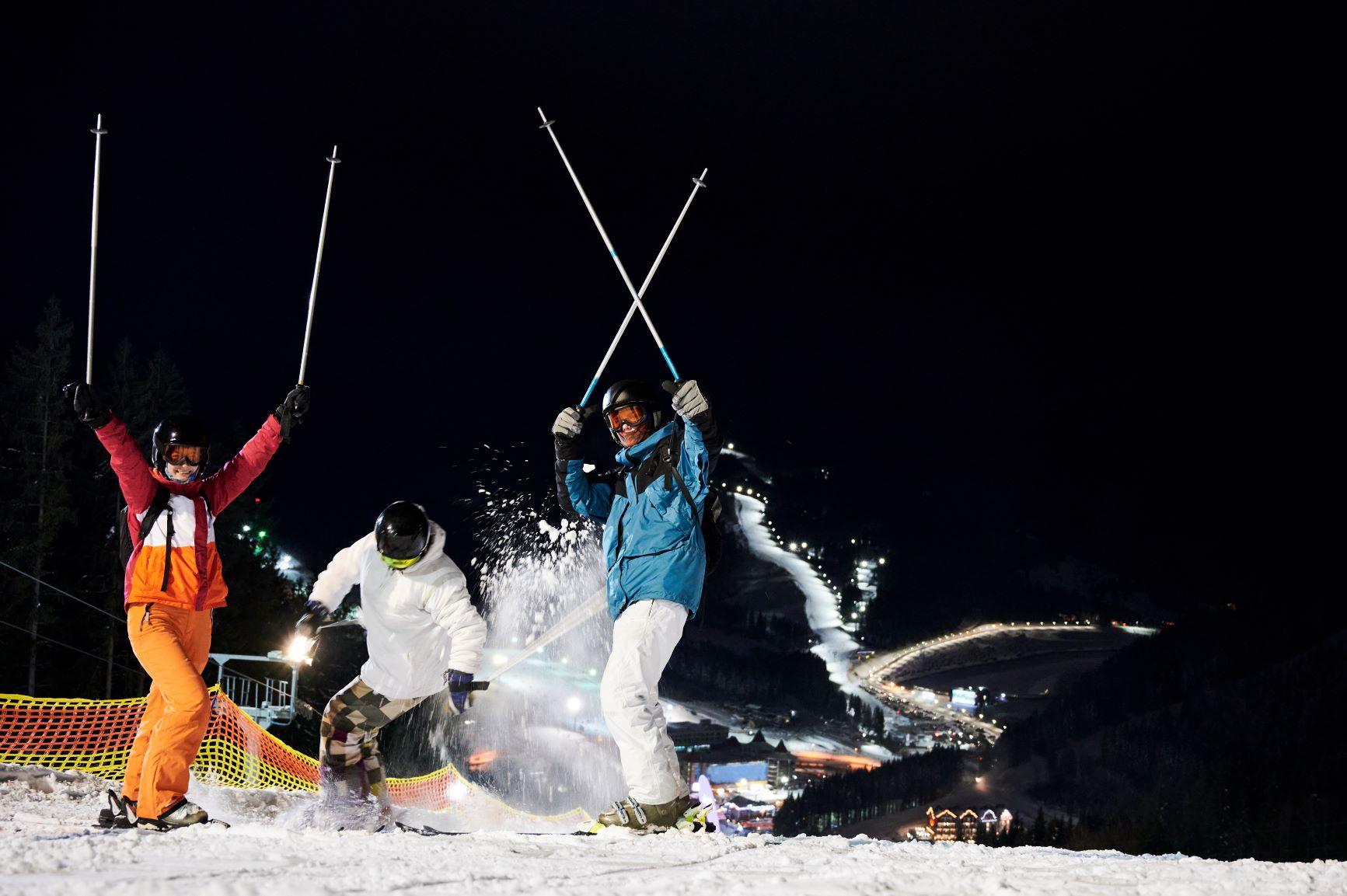 Esquí nocturno en los Alpes.